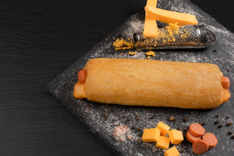 Λουκανικόπιτα αλλαντικών με τσένταρ.